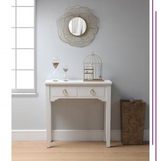 Esta mesa de entrada nos tiene enamoradas.  De líneas sencillas pero con detalles que la convierten en una pieza muy especial, consigue crear por sí sola un ambiente agradable y acogedor en el hogar.  . Cuéntanos , ¿tienes una mesa en la entrada de tu casa? . . . . . . . . #detalles #hogar #ambientes #deco #decolover #muebleauxiliar #mesaauxiliar #entrada #entradacasa #decoracion #entradasbonitas #decoracionvitoria #mueblesvitoria #vitoriagasteiz #comercio #comerciolocal #vitoria #tiendasvitoria @asociacioncallegorbea @gasteizon
